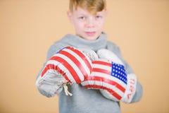 r 为争吵准备 确信对他的力量 r 男孩运动员戴着拳击手套与 库存照片