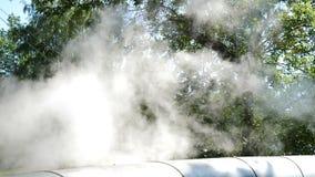 r 人的影响 从烟囱的烟 从工厂设备的空气污染在residencial区域 股票视频