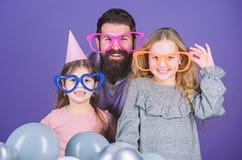 r 佩带党风镜的父亲和女儿家庭  家庭聚会 庆祝生日宴会的幸福家庭 图库摄影