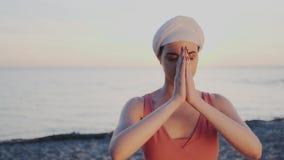 r 俏丽的亚洲女孩实践瑜伽asana晚上 打开chakras精神实践  和谐, 股票视频