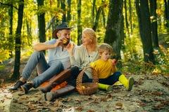 r 假期和旅游业概念 有放松孩子的男孩的幸福家庭,当远足在森林篮子野餐时 库存照片