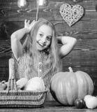 r 儿童女孩享有农厂生活 有机从事园艺 女孩孩子在与有机的农厂市场上 库存照片