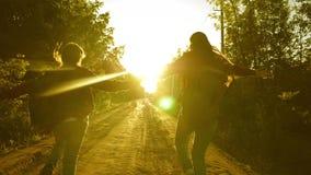 r 儿童旅客 青少年的女孩旅行并且握手 有沿国家跑的背包的愉快的女孩旅客 股票视频