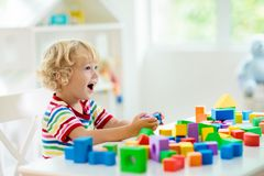 r 儿童玩具块大厦塔  免版税库存图片