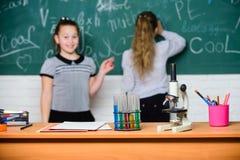 r 化学反应 t 在黑板的学生 免版税图库摄影