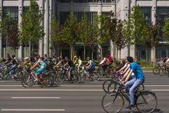 r ?? 19可以2019年 莫斯科循环的节日2019年 滑稽的自行车恋人在一条宽街道上去 免版税库存照片