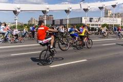 r ?? 19可以2019年 莫斯科循环的节日Velofest 2019年 滑稽的自行车恋人在桥梁去 骑自行车者把戏 免版税库存图片