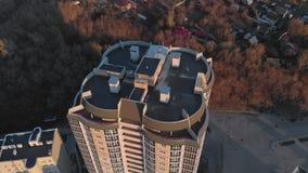 r 在河岸的住宅复合体 从一架直升机的空中英尺长度在日落时间 股票视频