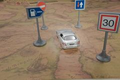 r 在葡萄酒世界地图的玩具汽车与路标 免版税库存图片
