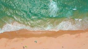 r 大波浪滚动在海岸海洋的,碎波,海岸线 股票录像
