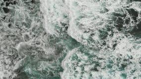 r 大西洋海岸的美丽的景色,落在海滩的波浪的蓝绿色颜色火山 股票录像