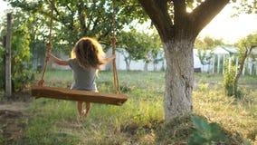 r 女孩乘坐木摇摆 暑假,健康生活方式 影视素材