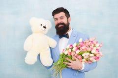 r 婚礼的正式成熟商人新娘新郎 爱与花的日期 E ?? 免版税库存照片