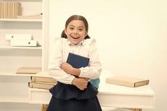 r 愉快的孩子从读书获得了信息 儿童与最新的信息的举行书 信息和 图库摄影