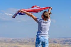 r 愉快的孩子,有美国国旗的逗人喜爱的小孩女孩 美国庆祝7月第4 库存图片