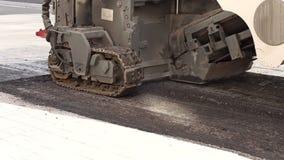 r 折除沥青路面 一条整理的单位轨道的片段 影视素材