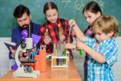 r 教育概念 做实验的儿童科学家在实验室 在化学班的学生 免版税库存照片
