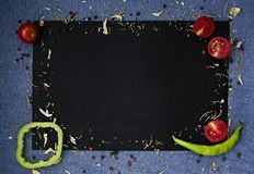 r 新鲜的农夫菜在黑暗的beton桌上 r 免版税库存图片