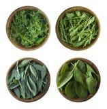 r 新鲜的绿色在白色背景隔绝的莴苣和草本 贤哲,芝麻菜,菠菜,在木碗的莳萝叶子  免版税库存图片