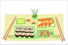 r 日本全国烹调被提炼的盘  在可口海鲜的桌上,寿司,卷,鱼子酱 ?? 皇族释放例证