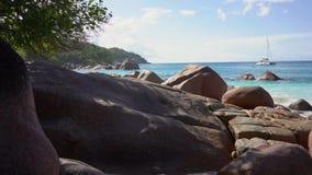 r 普拉兰岛 在蓝色海水的美丽的私有游艇在背景 在蓝色的私有游艇 股票视频