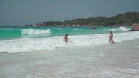 r 普拉兰岛 基于一个异乎寻常的海岛的两个逗人喜爱的女孩在印度洋 休闲和假日在 影视素材
