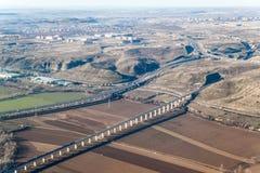 R3机动车路和高速路轨鸟瞰图  库存图片