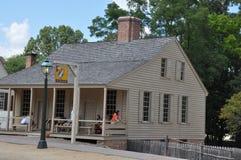 r 查尔顿的咖啡馆在殖民地威廉斯堡,弗吉尼亚 库存照片