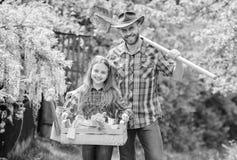 r 检查每日您的庭院及早察觉昆虫麻烦 家庭爸爸和女儿女孩种植 图库摄影