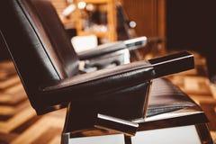 r 椅子背景美发师和美发店,人的理发店 免版税图库摄影