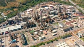 r 炼油厂、化工工厂和能源厂有许多储存箱和管道的 影视素材
