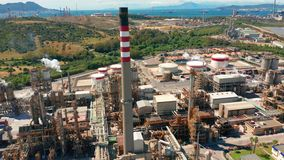 r 炼油厂 工业区 石油精炼的设备 油的工业管道特写镜头  股票视频