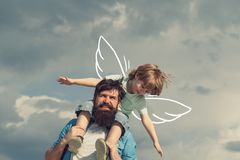 r r 爸爸和儿童儿子 使用愉快的孩子-飞机 给儿子的愉快的父亲画象 免版税库存图片