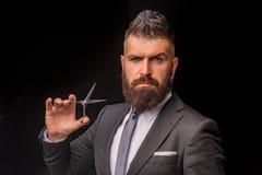 r 理发师美发师沙龙 胡子关心,完善的胡子 正式西装的有胡子的人 残酷男性 免版税库存图片