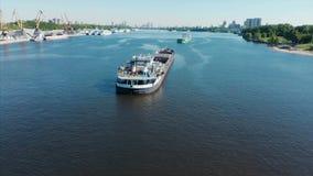 r 用废金属装载的漂浮驳船和的废物在水表面 运输可再循环 影视素材