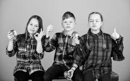 r 男孩和女朋友吃苹果快餐,当放松时 学校快餐概念 青少年 库存图片