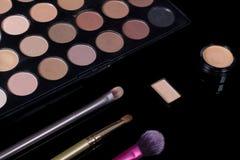 r 眼影调色板 构成成套工具 化妆集合 秀丽、时尚、样式和皮肤护理 免版税库存图片