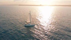 r 筏由海,更加接近照相机的移动去并且飞行在船,在日落,美丽的景色 影视素材