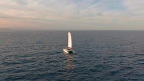 r 筏由海,更加接近照相机的移动去并且飞行在船,在日落,美丽的景色 股票视频