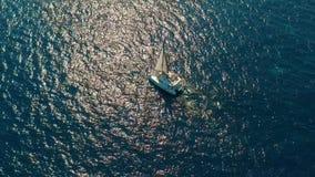 r 筏由海,更加接近照相机的移动去并且飞行在船,在日落,美丽的景色 股票录像