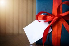 r 综合礼物套装包裹与蓝纸和绳索与一条红色丝带在木背景 Copyspace 库存图片