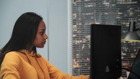 r 美女作为运作在岗位生产演播室的一个视频编辑器 股票视频