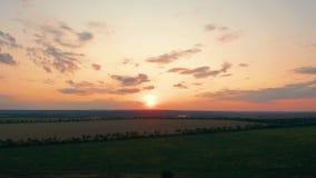 r 美好的自然、看法在农村乡下风景和领域,发光的太阳日落,天空,天际 影视素材