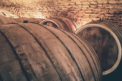 r 老橡木桶在古老葡萄酒库里 库存图片