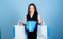 r 黑星期五购物 被购买占据心思 有购物带来的美女微笑 免版税库存照片