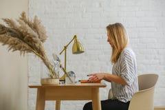 妇女在桌上 免版税库存照片