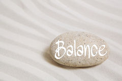 在沙子的石头与词平衡 健康和r的想法 免版税库存照片