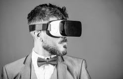 R?alit? virtuelle d'homme d'affaires Instrument moderne Innovation et progr?s technologiques Technologie moderne d'instrument d'a images stock