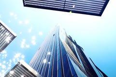 r Alta torre dell'ufficio di aumento con le finestre ed il cielo blu blu Edificio per uffici moderno, skycrapers nel settore comm Immagini Stock