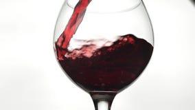 R??any wino Czerwone wino nalewa wewn?trz wina szk?o nad bia?ym t?em swobodny ruch zbiory wideo